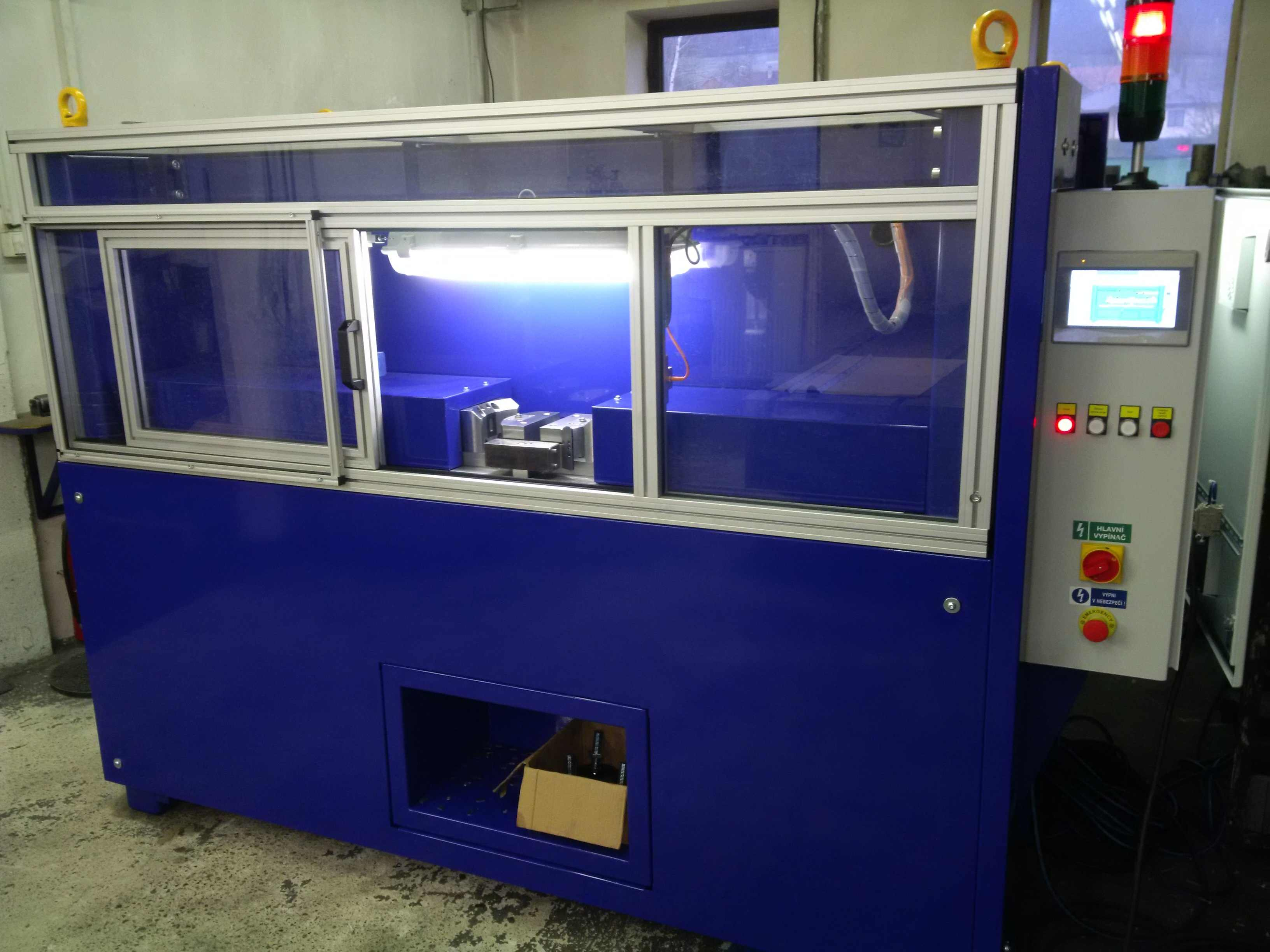 Automatický děrovací stroj